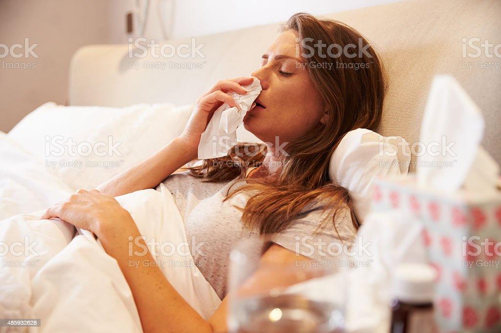 Femme souffrant du froid, située au lit avec massage des tissus en profondeur - Photo
