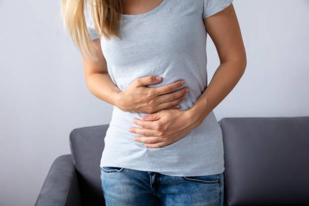 kvinnan lider av magont - matsmältningsbesvär bildbanksfoton och bilder