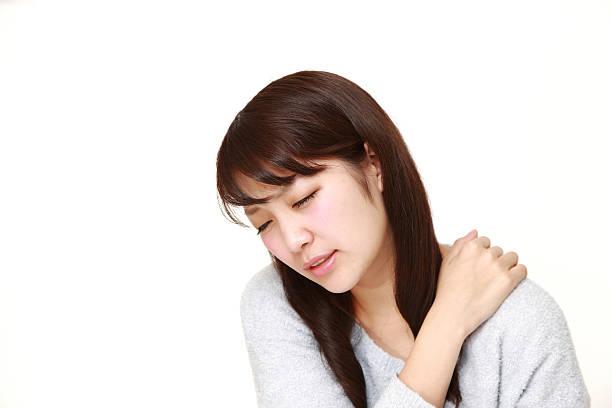 frau mit nackenschmerzen leiden - schultersteife stock-fotos und bilder