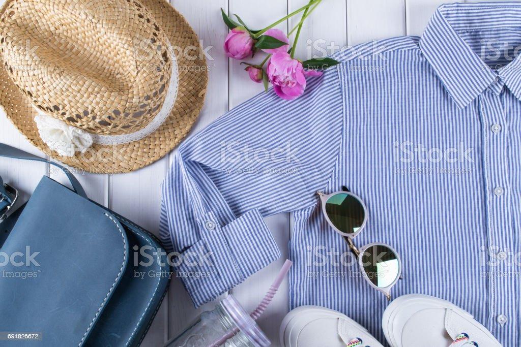 女性夏服やアクセサリー コラージュ、白シャツ、ジーンズ、眼鏡、靴、ハンドバッグ、帽子、瓶 ストックフォト