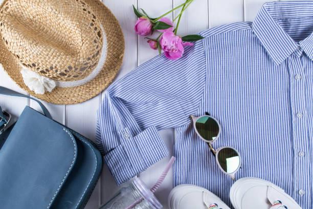 女性夏服やアクセサリー コラージュ、白シャツ、ジーンズ、眼鏡、靴、ハンドバッグ、帽子、瓶 - 春のファッション ストックフォトと画像