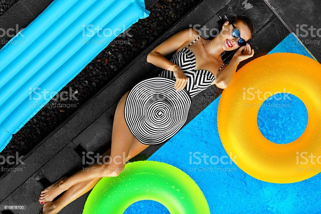 Woman Summer Fashion. Sexy Girl Sunbathing By Swimming Pool. Beaty – Foto