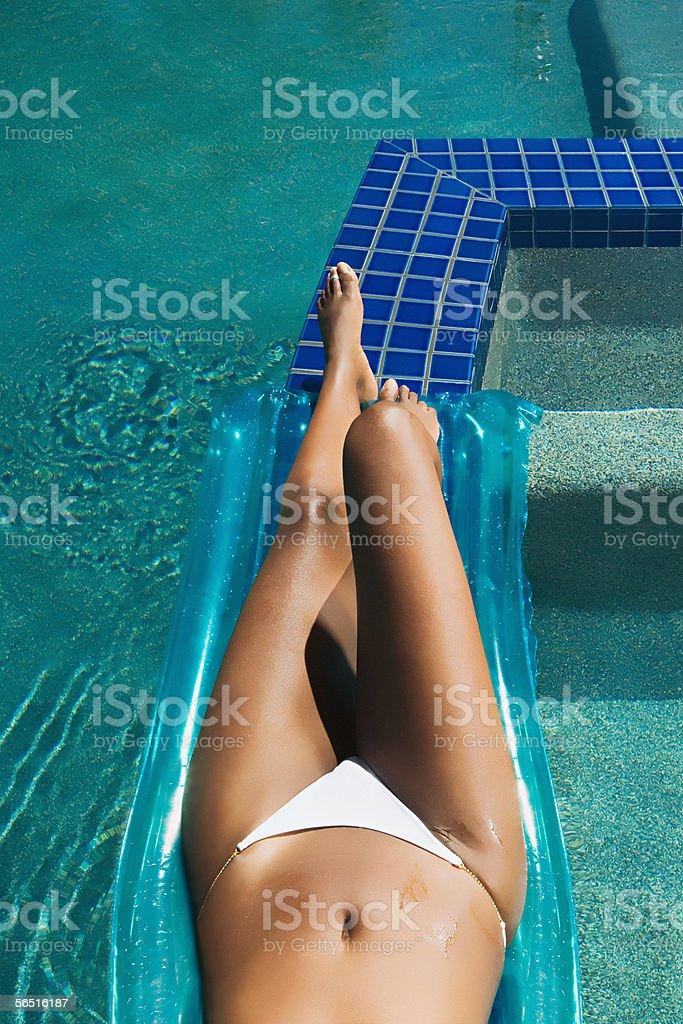 Frau Sonnenbaden am Pool – Foto