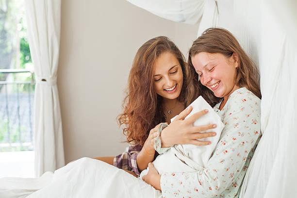 Mujer a su hermana después de un parto - foto de stock