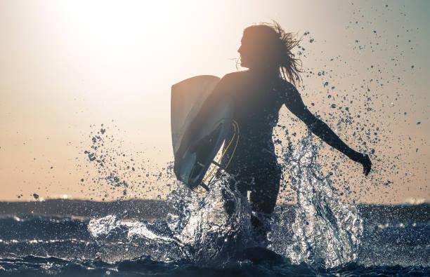 woman surfer - haare ohne lockenstab wellen stock-fotos und bilder