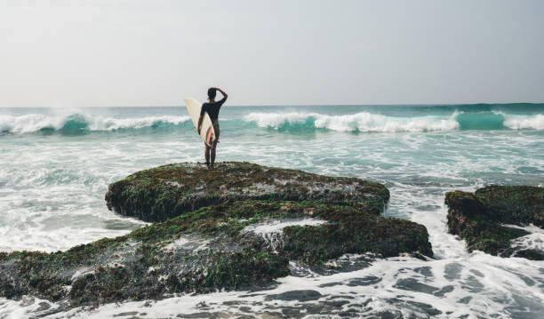 Frau Surfer mit Surfbrett geht zum Surfen – Foto