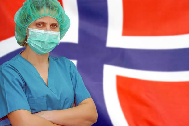 Frau Chirurgauf dem Hintergrund der Norwegen-Flagge. Gesundheitsversorgung, Chirurgie und medizinisches Konzept in Norwegen. – Foto