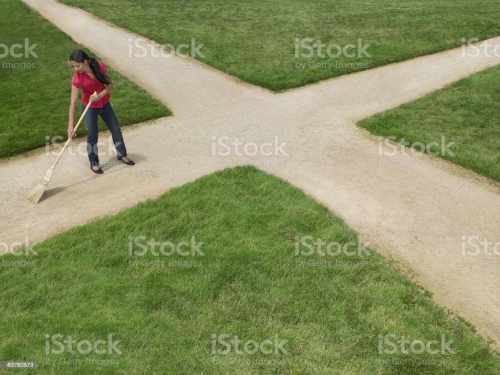 Femme étendue de terre croisement entouré par de l'herbe photo libre de droits