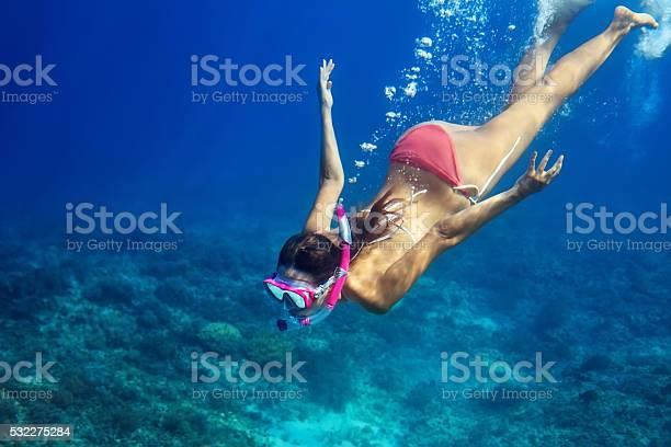 Frau Schwimmen Unter Wasser In Tropischen Meer Stockfoto