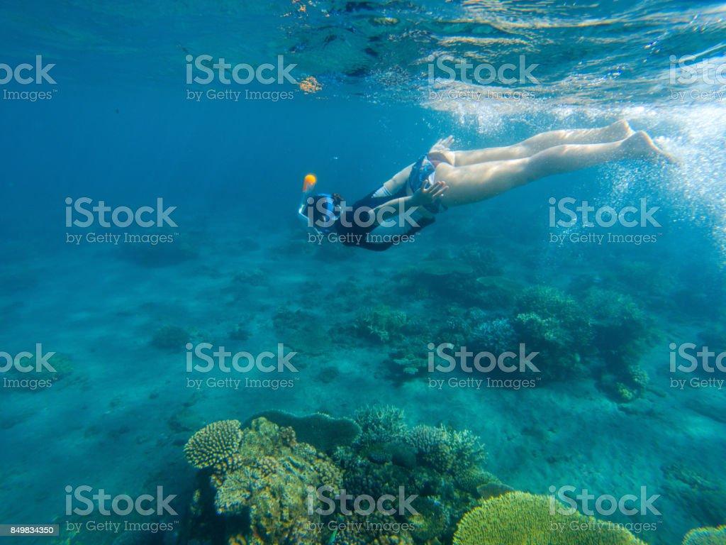 06aab9a0f Mulher nadando no mar azul. Garota snorkel máscara de mergulho integral.  foto royalty-