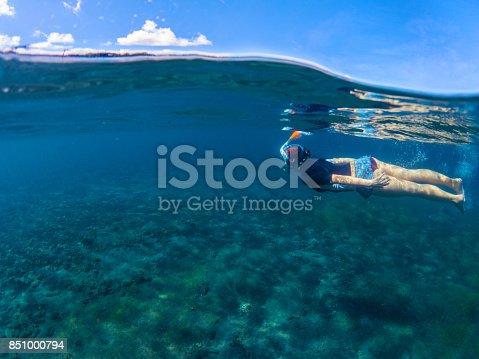 15d419b92 Foto de Mulher Nadando No Mar Azul Garota Snorkel Máscara De Mergulho  Integral e mais fotos de stock de Adulto - iStock