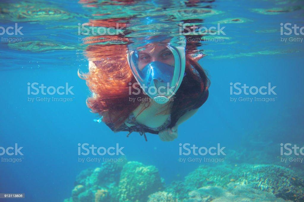 4ec2a91ac Mulher nadando no mar azul. Mergulho de mulher na máscara facial. foto  royalty-