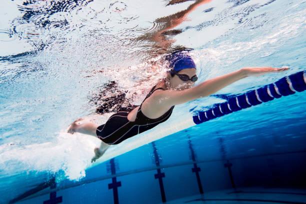 zwembad van de vrouw. onderwater foto - wedstrijdsport stockfoto's en -beelden