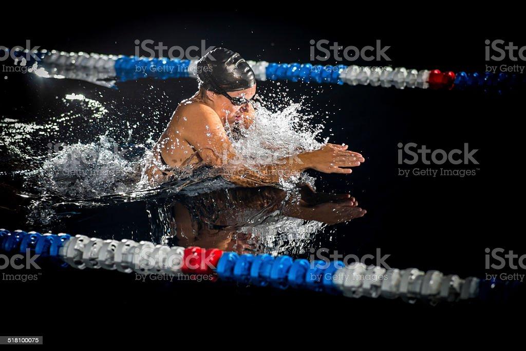 Frau Schwimmen die Brustschwimmen – Foto
