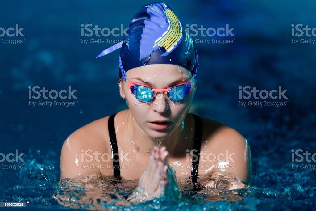 Frau mit Badehaube im Schwimmbad schwimmen – Foto