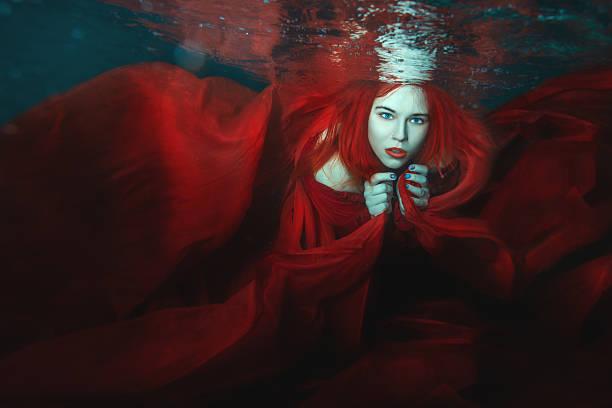 frau schwimmen unter wasser. - meerjungfrau kleid stock-fotos und bilder