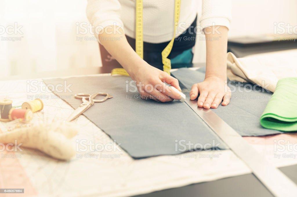 Frau Schneider arbeiten. den Stoff mit Kreide markieren – Foto