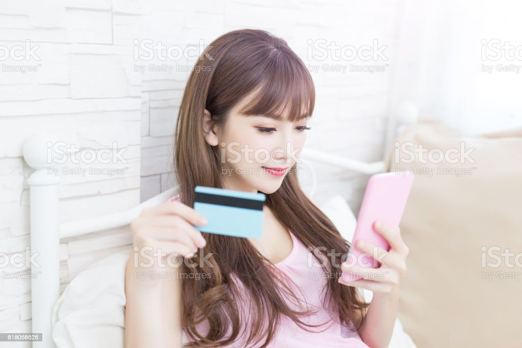 女性取るクレジット カード - つながりのロイヤリティフリーストックフォト