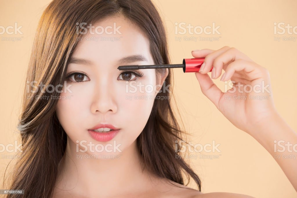 Frau nehmen Make-up Pinsel – Foto