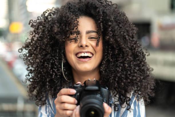 Mujer toma una fotografía - foto de stock