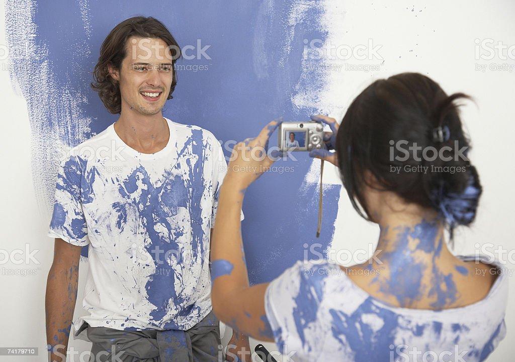 Mulher tomar uma foto de homem de Pintura foto de stock royalty-free