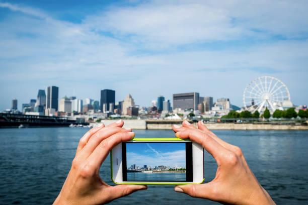 vrouw nemen van een foto van de stad aan de rivier - foto's van hands stockfoto's en -beelden