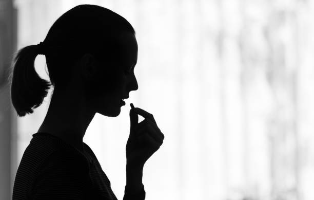 Frau nimmt eine Pille – Foto