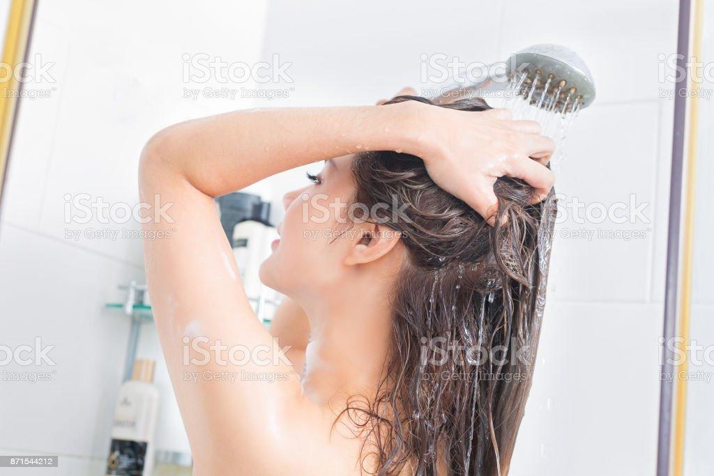 Frau, die spritzt