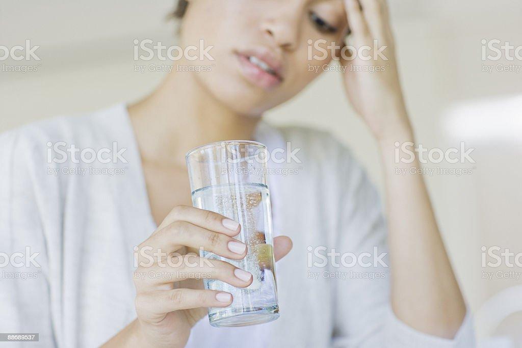 Frau nimmt Antacida – Foto