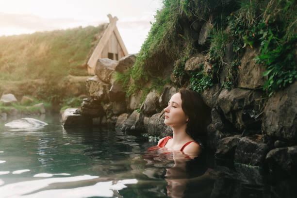 Frau unter Bad in heißen Quellen – Foto