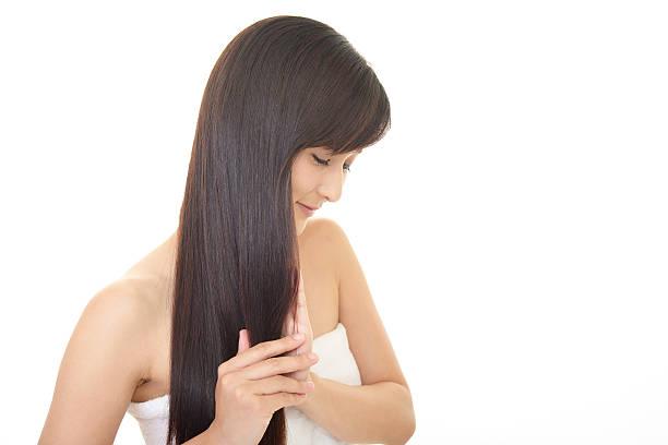 女性彼女の髪に対応 - 人の髪 ストックフォトと画像