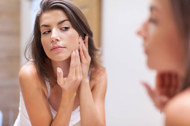 Femme prenant soin de sa peau - Photo