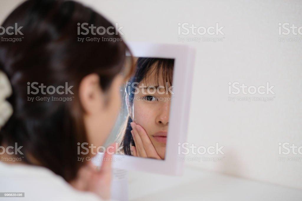女性の肌荒れの世話 ストックフォト