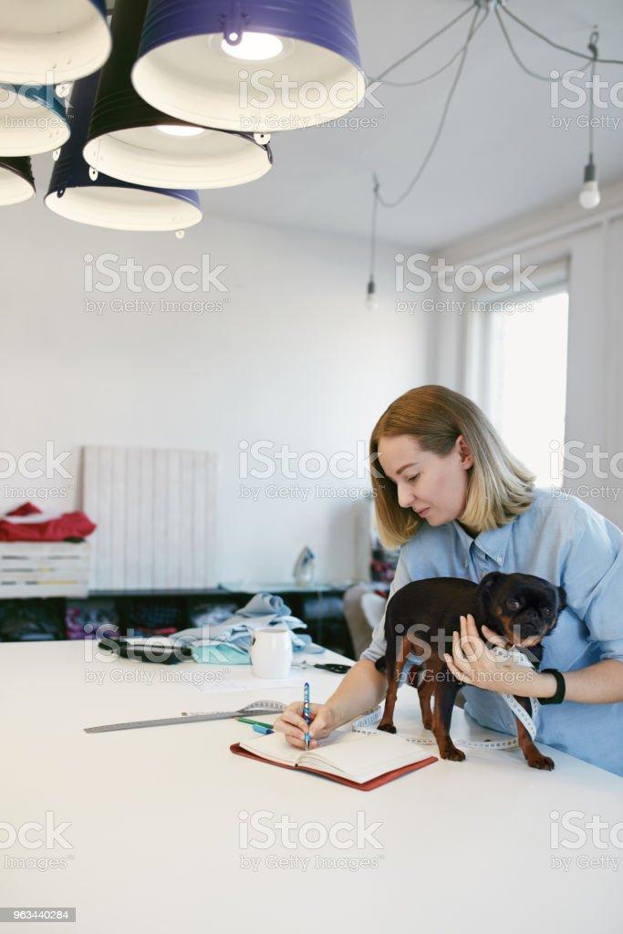 Femme prise de mesures du corps du chien - Photo de Affaires libre de droits