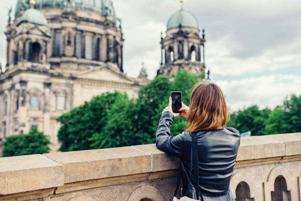frau nehmen foto des berliner doms mit handy - städtetrip stock-fotos und bilder