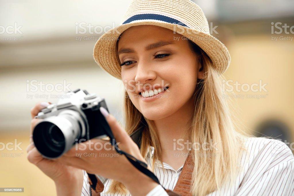 Mujer tomando fotos en la cámara en la calle - Foto de stock de A la moda libre de derechos