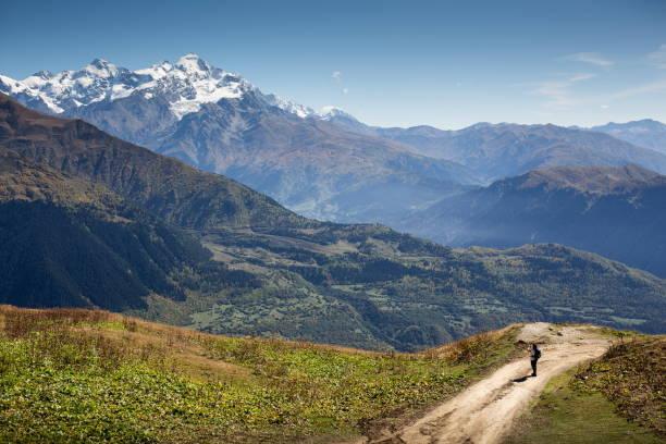 Frau fotografiert schöne Berglandschaft – Foto