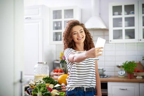 Frau macht Selfie in der Küche – Foto