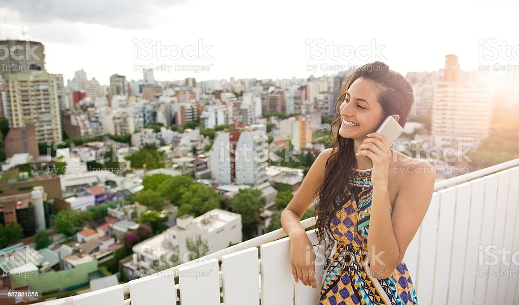 Woman talking at phone. - foto de stock