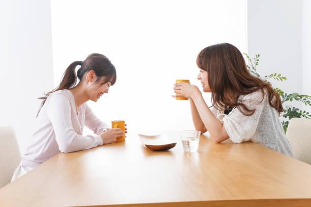 カフェで話している女性 - 談笑する ストックフォトと画像