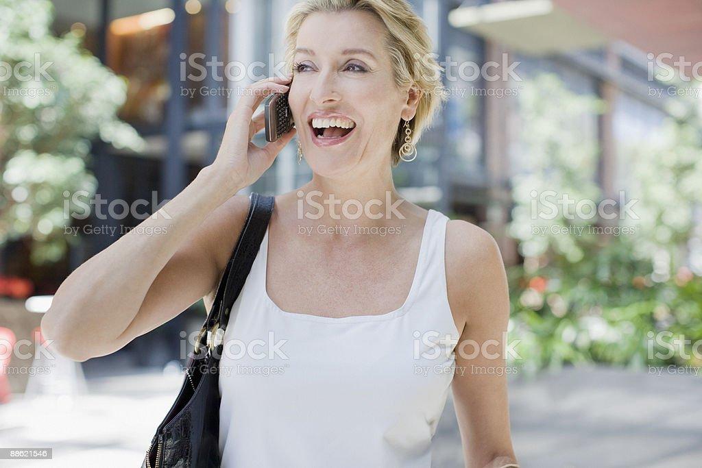 Femme parlant sur téléphone portable photo libre de droits