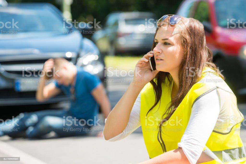 Mujer hablando por celular en la calle - Foto de stock de Accidente de automóvil libre de derechos