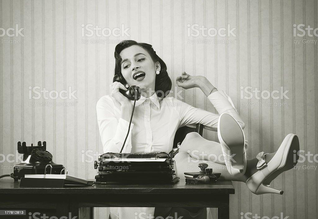 Frau spricht am Telefon auf dem Schreibtisch – Foto