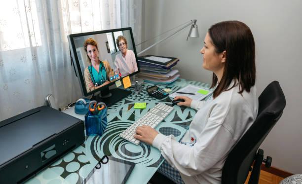 Frau im Videoanruf mit ihrer Mutter und Arzt gibt ärztlichen Bericht – Foto