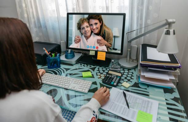 Frau im Videogespräch mit ihrer Mutter – Foto