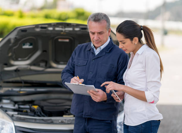 Frau, die ihr Auto zu einem Mechaniker reden – Foto