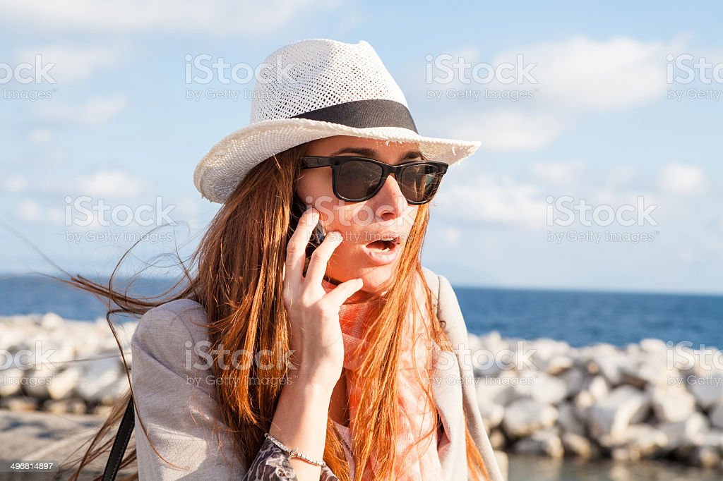 Donna Parlare Al Telefono Mare Sullo Sfondo Fotografie Stock E