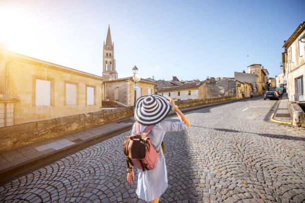 kvinna tarveling i saint emilion by, frankrike - walking home sunset street bildbanksfoton och bilder