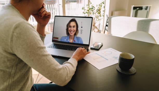 Frau Telekonferenzen mit Kollegin auf Laptop – Foto