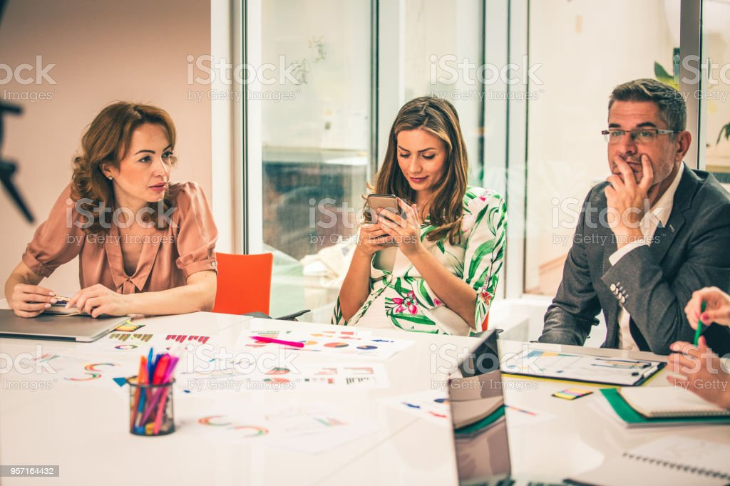 Frau SMS beim Business-meeting – Foto
